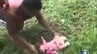 """getlinkyoutube.com-tiran a Un bebé recién nacido en el mar para deshacerse de él """" mira lo que sucedió """""""