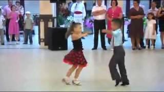 getlinkyoutube.com-Dance baby beautiful رقص طفلين امام الناس بطريقة رائعه