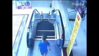 getlinkyoutube.com-Anak jatuh dari eskalator di mall