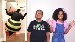 getlinkyoutube.com-Bad Baby GIANT BEE ATTACKS! Killer Wasp Shasha And Shiloh - Onyx Kids