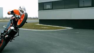 getlinkyoutube.com-Ktm Duke 125 Stunt 2011