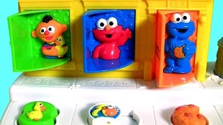 getlinkyoutube.com-Baby Sesame Street Pop-Up Pals Surprise Toys | Learn Colors Singing C is for Cookie Monster + Elmo