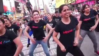 getlinkyoutube.com-Selfie le le re at Times Square NYC!!