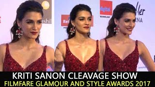 Kriti Sanon Cleavage Show  At Filmfare Glamour And Style Awards 2017