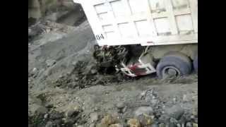 kecelakaan Parah, Hancur Lebur Dump Truck VS Excavator