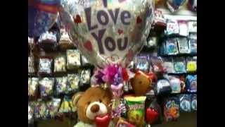getlinkyoutube.com-Un gran oso de peluche en este arreglo con globos para san V