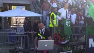 getlinkyoutube.com-الجزائريين يدخلون ديجي الى الملعب ويشجعوون المنتخب الوطني هههههههههه