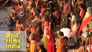 getlinkyoutube.com-Devotees taking holy bath during festival of Maha Shivratri, Varanasi