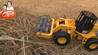 getlinkyoutube.com-รีวิวของเล่น รถเกี่ยวข้าวนวดข้าว | World's Combine harvester toy
