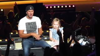 getlinkyoutube.com-5 Year Old Bella Steals the Show and 'Kills the Lights' with Luke Bryan