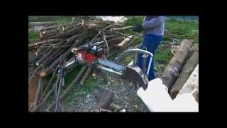 Cortar lenha com moto-serra Jonsered no suporte