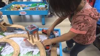 getlinkyoutube.com-ひかり君(3歳)、きかんしゃトーマス 木製レールに挑戦♪