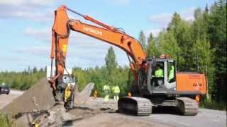 getlinkyoutube.com-Hitachi Zaxis 210LC handling a big rock with Engcon EC30
