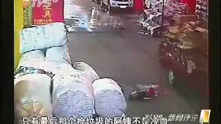 getlinkyoutube.com-Tragis !! Video Bayi Dilindas Truk, Parah !! Pejalan Kaki Cuek Saja !! .mp4