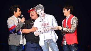 แจ๊ค แฟนฉัน รับ Standee ภาพบีมบนเวที : คิดถึง D2B LIVE Concert 2014 : Thai2Music