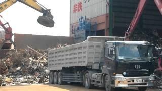 getlinkyoutube.com-鉄スクラップ工場 大型トレーラー積み込み  Scrap factory truck loading work