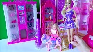 getlinkyoutube.com-Видео с игрушками про Барби, Челси одна дома и решила украсить глитером пони, любимую лошадку