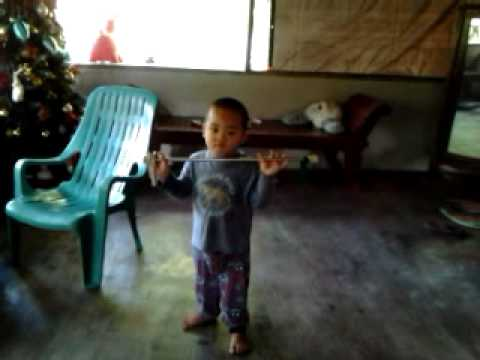 3 yo kid doing thé baton Dance2
