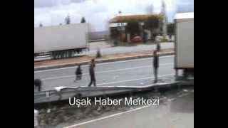 Uşak-Banaz Yolu'nda Tır Yolcu Midibüsü'ne Çarptı! 2 Yaralı