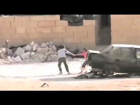 طفل ينقد أخته من رصاص قناص
