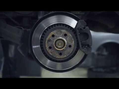 Где находятся передние тормозные колодки у Volvo C70