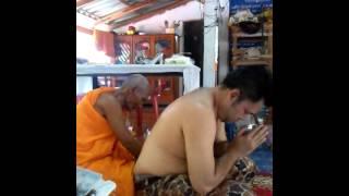 getlinkyoutube.com-หลวงปู่แวนกายเขียนยันต์หนังเหนียว Cambodia black magic monk 莫妮卡