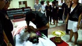 getlinkyoutube.com-พิธีการมัดตราสังข์ศพก่อนใส่โลงศพ