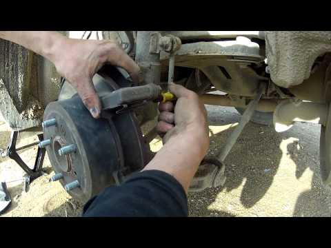 Как заменить задние тормозные колодки Toyota Camry to replace rear brake pads.