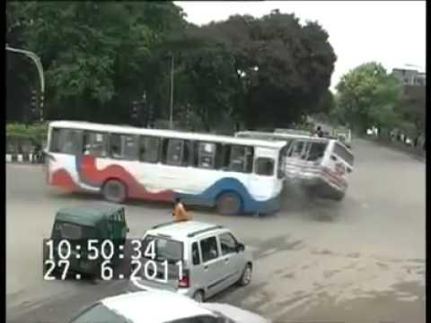 Sebuah peristiwa tabrakan di antara dua bus terjadi di Banglades. Peristiwa itu tertangkap kamera lalu lintas, di mana sebelumnya arus lalu lintas bergerak dari sejumlah arah dengan tidak teratur.