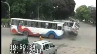 getlinkyoutube.com-tabrakan mengerikan terekam kamera CCTV