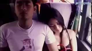 Se aprovecha de una chica dormida en el bus !!!