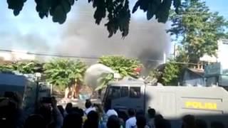 getlinkyoutube.com-Keren !!! Kebakaran di SPBU Boulevard Manado, Watercanon polisi pun turun tangan.