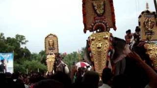 getlinkyoutube.com-Mangalamkunnu Karnan Vs Pambadi Rajan Head lifting Competition at Kizhoor