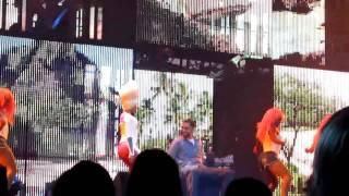 Nicki Minaj fait un lapdance à un fan lors d'un de ses concert