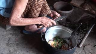 getlinkyoutube.com-อาหารพื้นบ้านอีสาน หมกหม้อ หรือ หมกปลาใส่หม้อ ฝีมือ ยายผัน สิงห์พันธ์ ปี 56