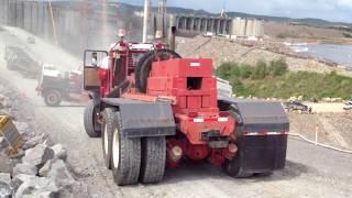 クレーンを載せた運搬車。坂道でバランスとれずクレーン落ちる。