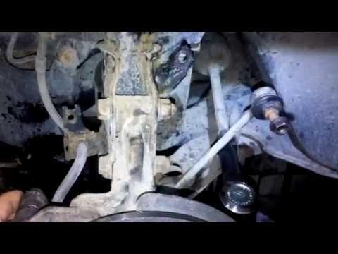 Замена втулок стабилизаторной тяги её косточек Мазда(Mazda 323)