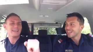 getlinkyoutube.com-Polizisten hören Helene Fischer's 'Atemlos' im Polizeiauto
