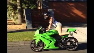 getlinkyoutube.com-Espectacular Mujer Asiatica Bailando con una Ninja Kawasaki 250R