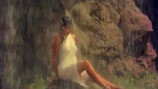 getlinkyoutube.com-Zeenat Aman - Girl in white saree under a waterfall - Satyam Shivam Sundaram