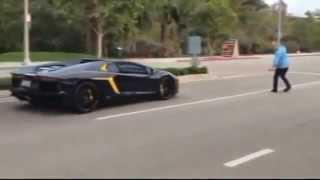 getlinkyoutube.com-Дебил бросает камни в Lamborghini Aventador за 400 000$