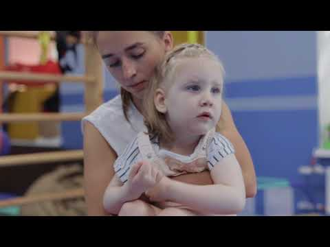 Перемещение ребенка с двигательными нарушениями с пола на руки