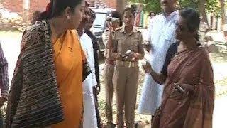 getlinkyoutube.com-Smriti Irani Verbal Spat with Priyanka Vadra's PA in Amethi caught on Camera