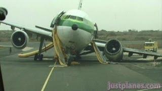 getlinkyoutube.com-Collapsed A300 at Dakar (AOM MD80 Landing)