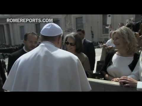 Kuwait's princess greets Pope Francis in St  Peter's Square