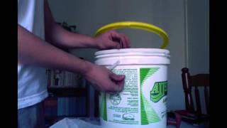 getlinkyoutube.com-Minhocário feito com baldes de margarina - parte 1