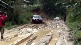 getlinkyoutube.com-Toyota Hilux vs Mitsubishi L200 vs Nissan Navara off road 4x4