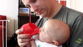 Кормление из чашки сцеженным молоком 4-месячного ребёнка