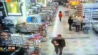 Cámaras capturan momento en que ladrón mata a 3 policías