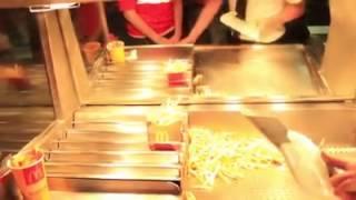 getlinkyoutube.com-Lesslie y Alex Brown en McDonald's Retos parte 2